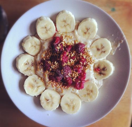 Banan med hindbær og lidt kokos. Spis en skive ristet rugbrød til.
