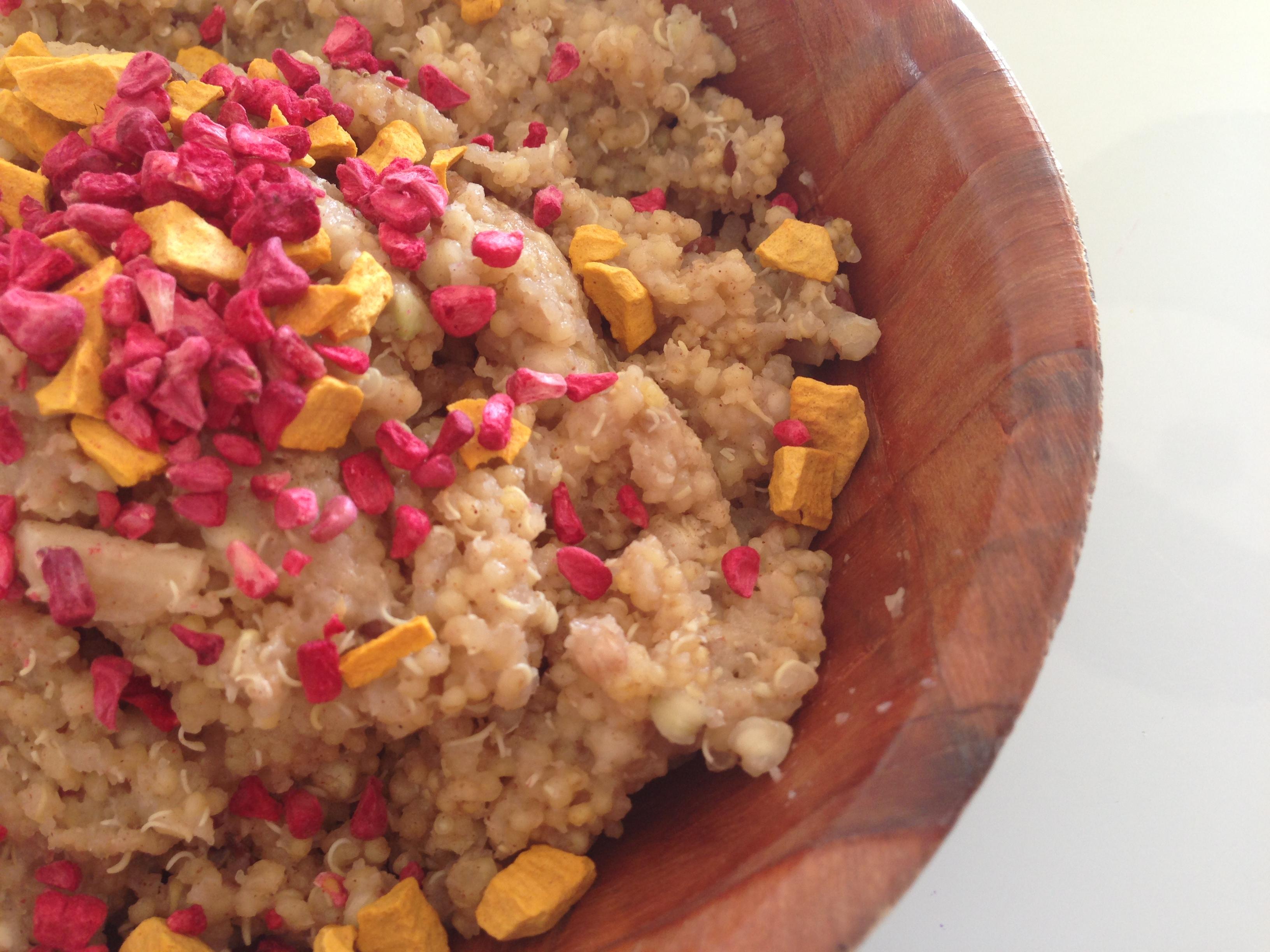 1 dl.grovvalsede havregryn 1 dl. quinoa udblødes i køleskabet  natten over, i vand. Koges som grød med en smule appelsinsaft og lidt salt. Her toppet med frysetørrede hindbær og havtorn, ovenpå lidt olie og hørfrø.