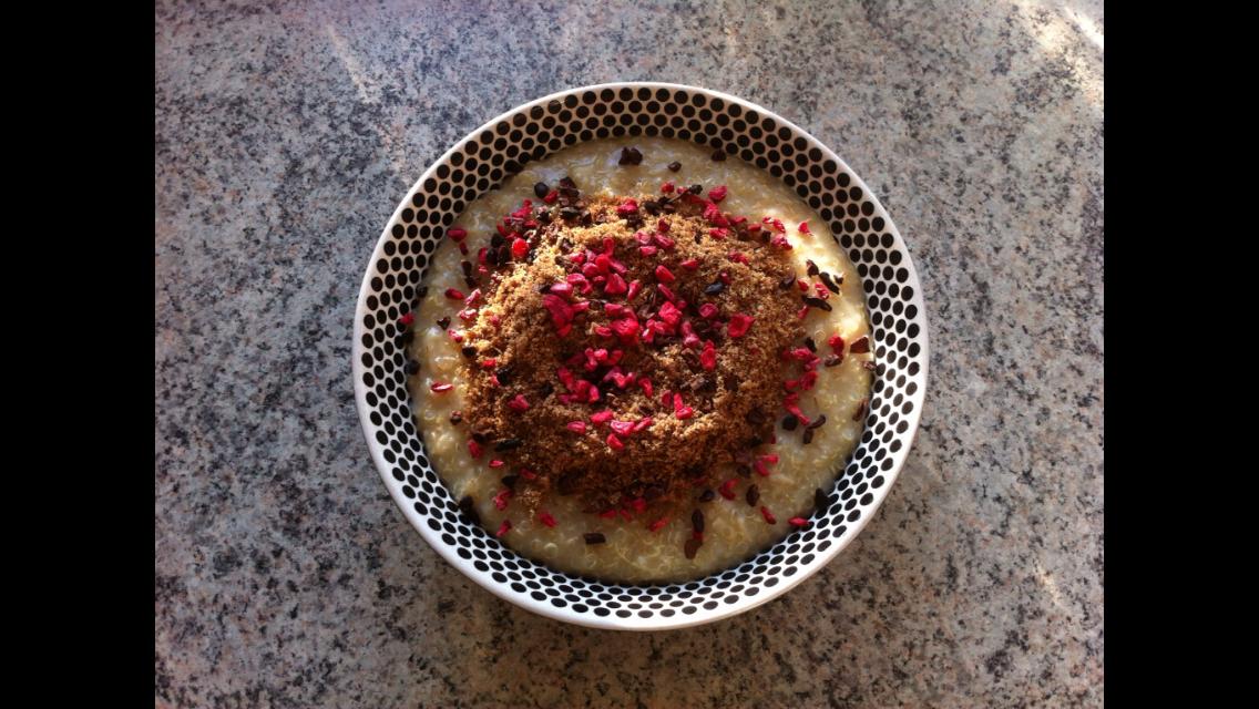 Denne grød er lavet af min søde veninde Julie: ½ dl. quinoa, ½ dl.havregryn sættes i blød i køleskabet med 2½ dl.vand. Koges med lidt salt, til konsistensen er som du kan lide den. Her toppes med blendede hørfrø, kanel, frysetørrede hindbær og kakaonibs.